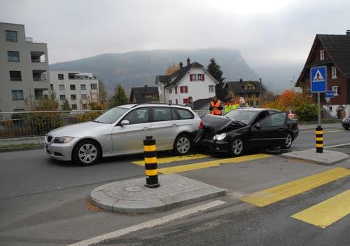 Schwyz - 9. NovemberBei einem Auffahrunfall werden zwei Personen leicht verletzt. Der Mann im Auto rechts konnte nicht mehr rechtzeitig anhalten, nachdem der Mann im vorderen Auto eine Person über den Fussgängerstreifen gehen lassen wollte. (Bild: Kantonspolizei Schwyz)