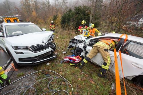 Neuheim - 12. NovemberAuf der Sihlbruggstrasse sind in der Laubaukurve zwei Autos zusammengeprallt. Zwei Personen wurden erheblich, eine Person leicht verletzt. An beiden Fahrzeugen entstand Totalschaden. (Bild: Zuger Polizei)