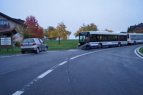 Baar - 15. NovemberEin 18-Jähriger ist mit seinem Fahrzeug auf die Gegenfahrbahn geraten und frontal in einen Linienbus der Zugerland Verkehrsbetriebe geprallt. Zwei Personen wurden leicht verletzt, der Sachschaden ist beträchtlich. (Bild: Zuger Polizei)
