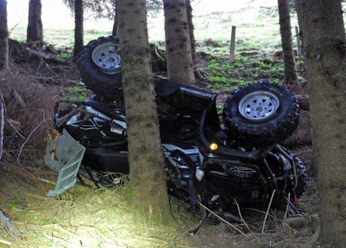 Trachslau - 15. NovemberBei einem Selbstunfall ist ein Quad mehrere Hundert Meter einen Hang hinuntergerollt. Der Fahrer wurde mit unbestimmten Verletzungen im Beckenbereich mit der Rega ins Spital geflogen. (Bild: Kantonspolizei Schwyz)