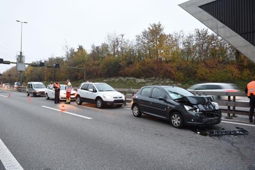 Ebikon - 9. NovemberAuf der A14 beim Tunnel Rathausen krachen zehn Autos ineinander. Eine Person wurde leicht verletzt. Die Unfälle im Morgenverkehr führten zu grossen Rückstaus. (Bild: Luzerner Polizei)