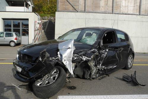 Biberbrugg - 9. NovemberEin 85-jähriger Autofahrer geriet mit seine Fahrzeug auf die Gegenfahrbahn und prallt frontal in ein entgegenkommendes Auto. Zwei Personen wurde leicht verletzt. (Bild: Kantonspolizei Schwyz)