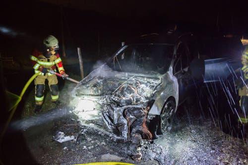 Zug - 10. NovemberNach einem Selbstunfall auf dem Zugerberg ist ein Auto in Brand geraten. Der Fahrer konnte das Auto rechtzeitig verlassen. Verletzt wurde niemand. (Bild: Zuger Polizei)