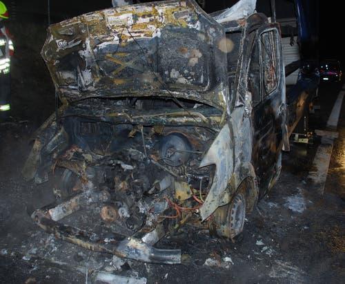 Uffikon - 1. NovemberAuf der Autobahn A2 ist ein Lieferwagen in Brand geraten. Das Fahrzeug erlitt Totalschaden. Verletzt wurde niemand. (Bild: Luzerner Polizei)
