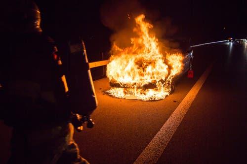 Baar - 12. NovemberDer Motorenraum eines Autos geriet auf der Autobahn A4a in Brand. Die Lenkerin konnte sich rechtzeitig in Sicherheit bringen. (Bild: Zuger Polizei)