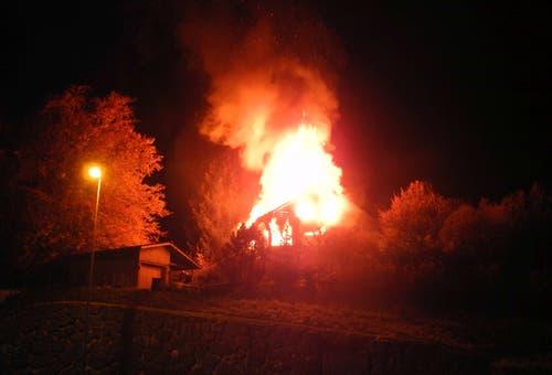 Altendorf - 12. NovemberEin Einfamilienhaus ist durch ein Feuer stark beschädigt worden. Zum Zeitpunkt der Brandentdeckung befanden sich keine Personen im Wohnhaus. Bei den Löscharbeiten wurde ein Feuerwehrmann leicht verletzt. (Bild: Kantonspolizei Schwyz)