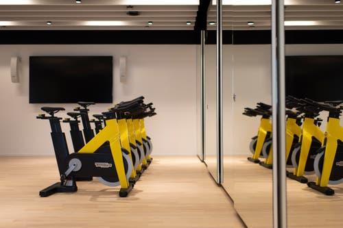 Und noch mehr Fitnessgeräte für Gruppentraining (Bild: Keystone/Gian Ehrenzeller)
