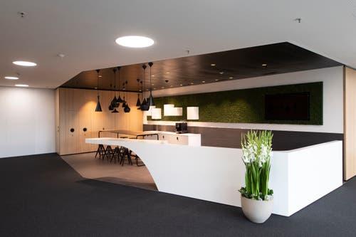 Grosszügige Kaffeeküche im neuen Hauptsitz. (Bild: Keystone/Gian Ehrenzeller)