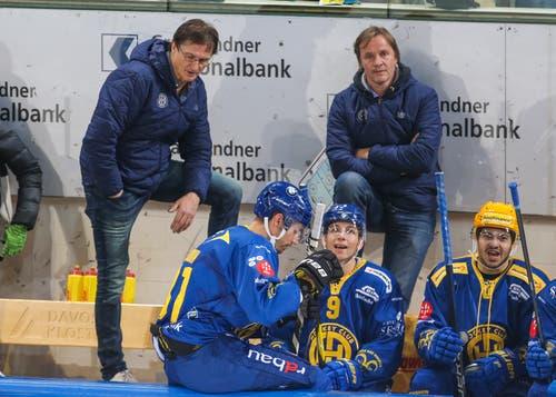 Angezählt: HCD-Trainer Arno Del Curto (links) und sein Assistent Remo Gross (hinten rechts) mit den Spielern Anton Rodin, Tino Kessler und Inti Pestoni (von links). (Bild: Eddy Risch / Keystone (Davos, 2. November 2018))
