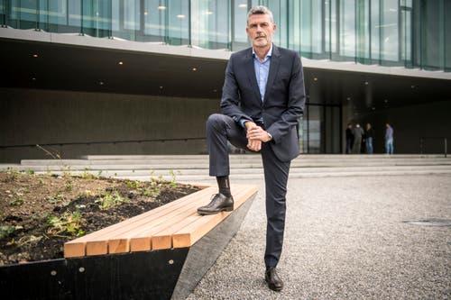 Lidl-Schweiz-Chef Georg Kröll posiert vor dem neuen Hauptsitz. (Bild: Reto Martin)
