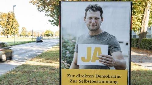 Unter anderem mit diesem Plakat wirbt die SVP für ihre Initiative. Roger Schneiter ist für die Partei hingestanden. (Bild: Keystone)
