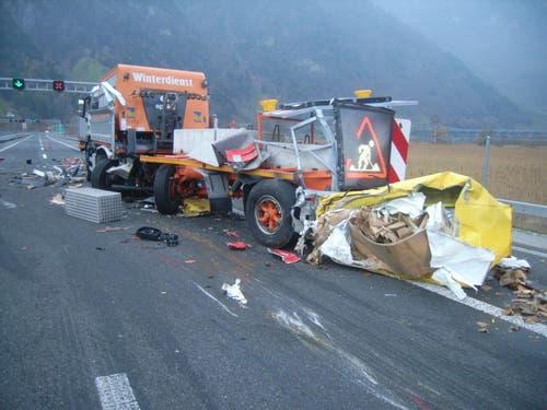 Seedorf - 19. NovemberEin Lastwagen-Chauffeur aus Italien hat einen Signalisationsanhänger gerammt. Eine Personen wurde verletzt. Gemäss eigenen Angaben schlief der Chauffeur kurz ein. (Bild: Kantonspolizei Uri)
