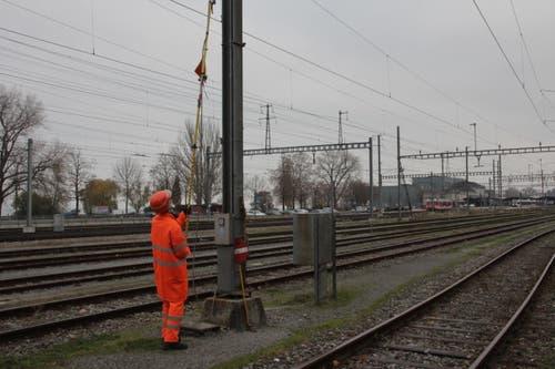 Bevor der frisch gereinigte Zug wieder in Verkehr gesetzt werden darf, muss die Energieversorgung wieder hergestellt werden. Dazu entfernt Arpagaus das Erdungskabel...