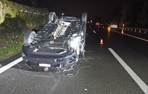 Eich - 21. NovemberBei einem Verkehrsunfall auf der Autobahn A2 ist ein Fahrzeug auf dem Dach zu liegen bekommen. Involviert waren vier Fahrzeuge. Verletzt wurde glücklicherweise niemand. (Bild: Luzerner Polizei)
