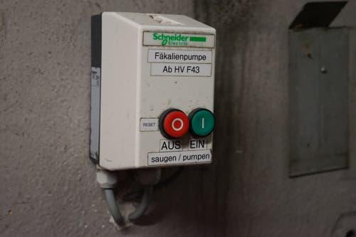 Ist der Fäkalientank leer, schaltet Stuart Arpagaus die Pumpe aus. Dazu betätigt er den roten Knopf.