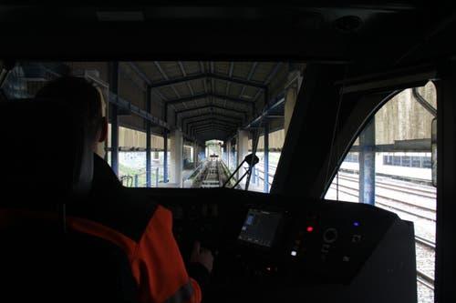 Im Führerstand: Mitarbeiter Stuart Arpagaus steuert den Zug in die Waschanlage und setzt die Anlage in Gang...