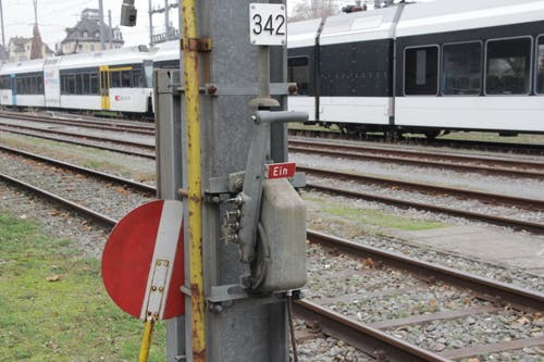 ... und schaltet die Fahrleitung wieder ein. Jetzt fliesst der Strom mit einer Spannung von 15'000 Volt durch den Fahrdraht.