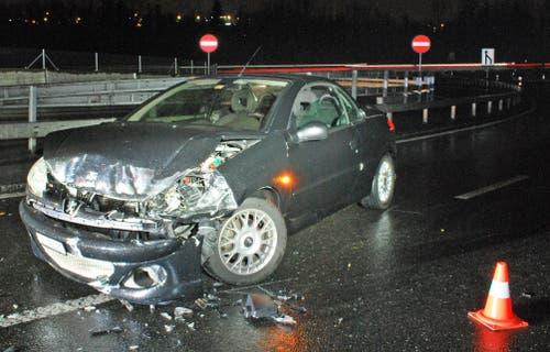 Buchrain - 21. NovemberEin Selbstunfall bei der Autobahneinfahrt auf die A14 geht glimpflich auch. Eine Lenkerin bleibt unverletzt. Sie hatte die Kontrolle über ihr Fahrzeug verloren. (Bild: Luzerner Polizei)