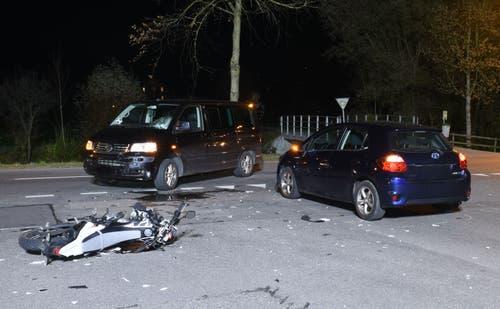 Hochdorf - 20. NovemberEin Töfffahrer ist bei einem Unfall mit zwei Autos erheblich verletzt worden. Der Mann musste mit dem Rettungsdienst ins Spital eingeliefert werden. (Bild: Luzerner Polizei)