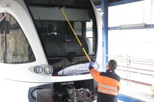 ... und schrubbt daraufhin die Frontscheibe sauber, um dem Lokführer freie Sicht zu ermöglichen.