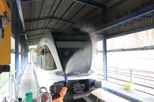 Stuart Arpagaus verpasst der Schnauze des Zuges eine zweite Dusche, um Reinigungsmittel und den letzten Schmutz zu entfernen.
