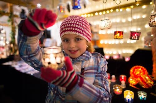 Milena Frank aus Schoetz am Weihnachtsmarkt Willisau. (Bild: Philipp Schmidli, Willisau, 5. Dezember 2014)
