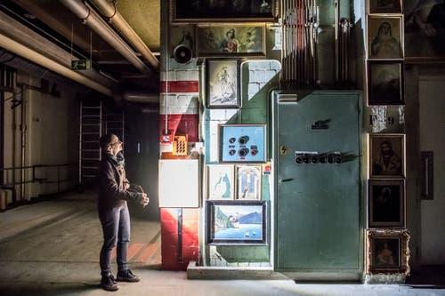 Regisseurin Annette Windlin vor einem mit Heiligenbildern behängten Schaltschrank. (Bild: Nadia Schärli (Emmenbrücke, 20. November 2018))