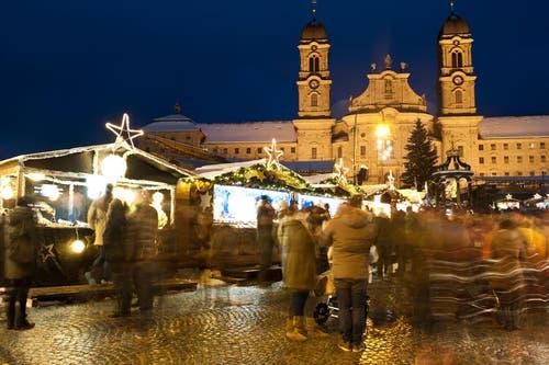 Der Weihnachtsmarkt in Einsiedeln hat eine besondere Kulisse: Das Kloster. (Bild: Boris Bürgisser, Einsiedeln, 28. November 2015)