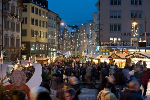 Der Einsiedler Weihnachtsmarkt zieht viele Menschen in das Schwyzer Dorf. (Bild: Boris Bürgisser, Einsiedeln, 28. November 2015)
