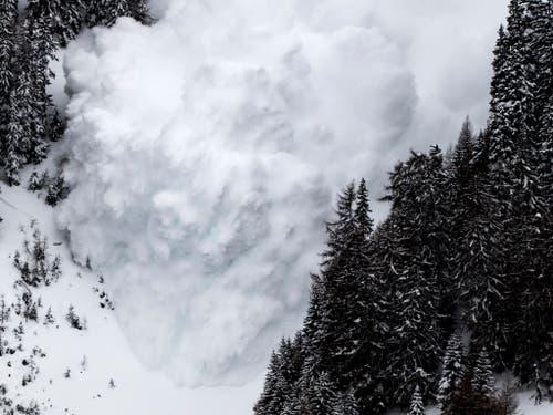 Im März 2017 lösen Wissenschaftler im Vallée de la Sionne im Wallis zu Forschungszwecken künstlich diese Lawine aus. (Bild: KEYSTONE/JEAN-CHRISTOPHE BOTT)