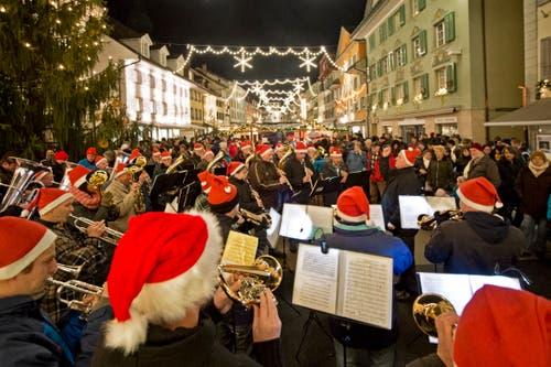 Vor fünf Jahren war die Musikgesellschaft Rohrmatt Gast am Markt. In diesem Jahr singt unter anderem die Veteranenmusik Willisau. (Bild: Pius Amrein, Willisau, 6. Dezember 2013)