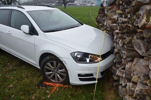 Stans - 22. NovemberBeim Kreisel Allmend hat ein Autofahrer einen Selbstunfall verursacht. Der Lenker fuhr über eine Wiese mehrere hundert Meter weiter, bis er in eine Holzbeige krachte. Die Unfallursache ist unklar.
