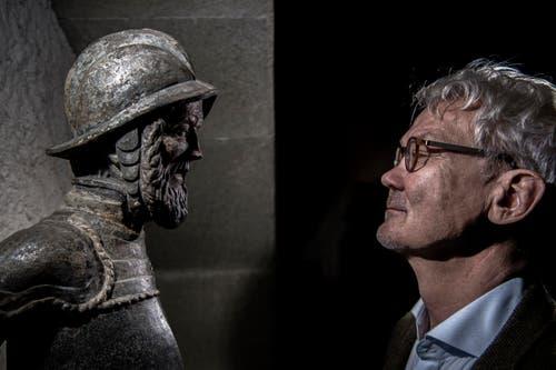 Marcus Wüest, Archivar der Zunft zu Safran, Auge in Auge mit dem geharnischten Krieger, der als Vorbild für die Fritschibrunnen-Figur diente und heute im Zunftarchiv im Nölliturm steht. (Bild: Pius Amrein (13. November 2018))