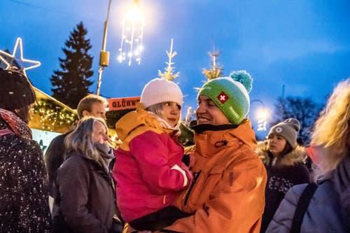 Leonie und Oliver Wägli besuchten im vergangenen Jahr nach dem Skifahren noch den Weihnachtsmarkt. (Bild: Nadia Schärli, Einsiedeln, 2. Dezember 2017)