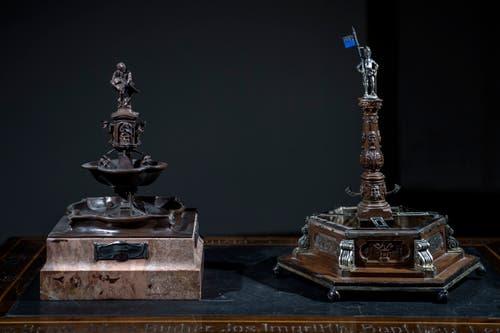 Ein Modell des Fritschibrunnens, wie er zuerst angedacht war (links) und ein Modell, wie er heute aussieht. (Bild: Pius Amrein (13. November 2018))