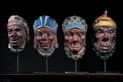 Die Masken rund um die Familie Fritschi, wie sie an der Säule des Brunnens zu sehen sind. Bild: Pius Amrein (13. November 2018)