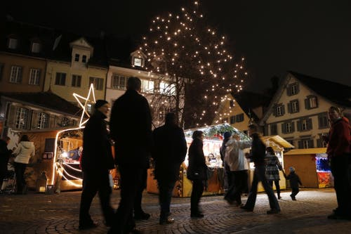 Der «Zuger Weihnachtsmarkt» findet vom 12 bis zum 16. Dezember statt. (Bild: Werner Schelber, Zug, 10. Dezember 2015)