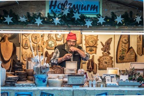 Die Holzwurm Schnitzerei ist auch in diesem Jahr wieder in Einsiedeln vertreten. (Bild: Nadia Schärli, Einsiedeln, 2. Dezember 2017)