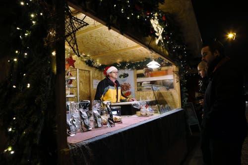 In der Stadt Zug finden drei Weihnachtsmärkte statt. (Bild: Werner Schelber, Zug, 10. Dezember 2015)