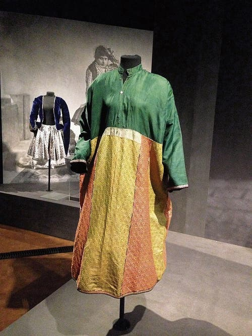 Farbenfrohes Hemdkleid aus Seide.