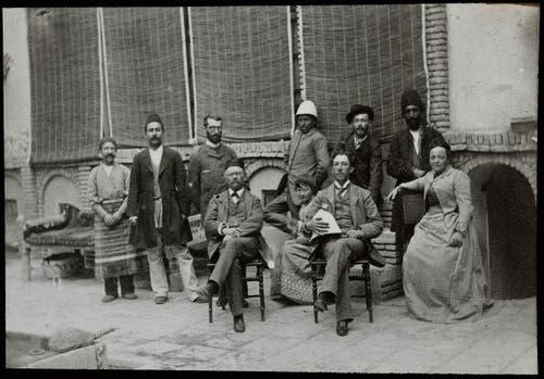 Emil Alpiger (sitzend vorne links) um 1890 im persischen Soltanabad mit Angestellten und Familie. Seine Frau sitzt ganz rechts. (Bild: Bilder: Museum Rietberg, Christina Genova)