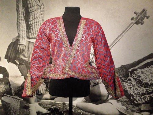 Solche kostbaren Jäckchen aus Seidensamt trugen reiche Perserinnen zum Tutu.
