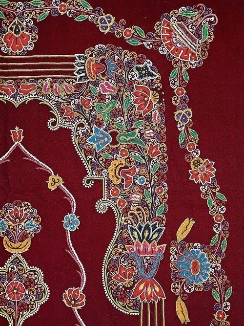 Detail einer bestickten Decke.