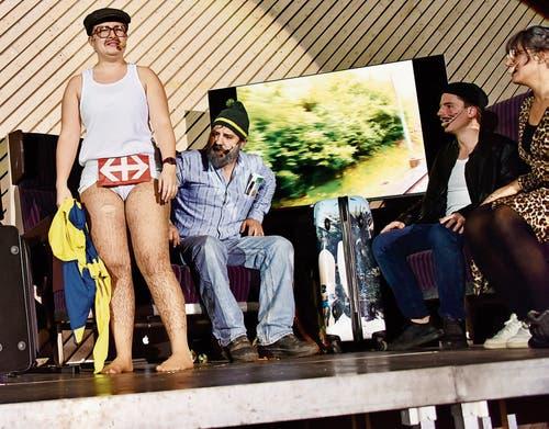 Aus der Szene: Wangser griffen Buchser an, der Reisende hat alles verloren – quasi bis auf Unterwäsche und SBB-Logo. (Bild: Bilder: Heidy Beyeler)