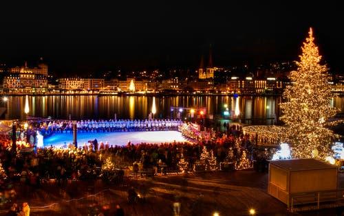 Eröffnung der Weihnachtsbeleuchtung in Luzern, mit Begleitmusik der 130 Beckenrieder Trichler. (Bild: Caroline Pirskanen, 24. November 2018)