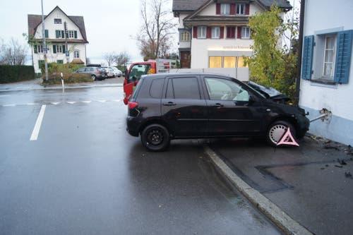 Oberwil - 24. NovemberEine Autofahrerin prallt gegen einen Lieferwagen und gegen eine Hausfassade. Die Neulenkerin, welche seit rund einem halben Jahr über einen Fahrausweis verfügt, musste diesen auf der Stelle abgeben.