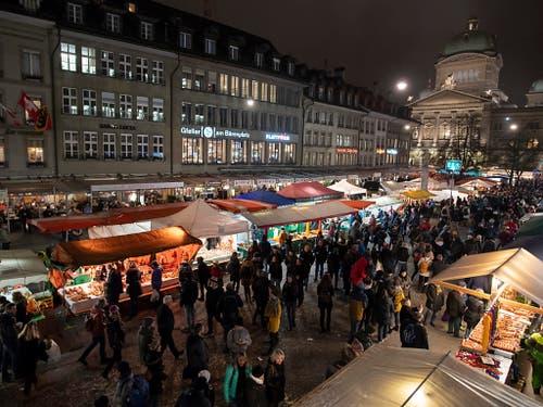 Der Zibelemärit beginnt am frühen Morgen - mitten in der Nacht stehen die Marktfahrer auf, um rechtzeitig bereit zu sein. (Bild: KEYSTONE/ANTHONY ANEX)