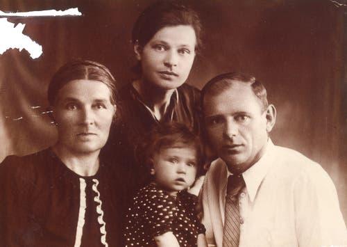 Familie Gruber nach der Emigration an die usbekische Grenze: Grossmutter Ekaterina Minina, Mutter Lydia Gruber, Vater Ignaz Gruber und Ljuba (von links)