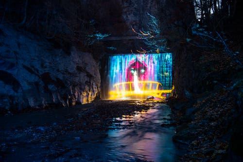 Auch die Lichtinstallation «Tamina Lumina» in Bad Ragaz stammt von der Gruppe Projektil. In einem Rundgang wird dort das Wirken von Paracelsus thematisiert. (KEYSTONE/Gian Ehrenzeller, 22. November 2018)