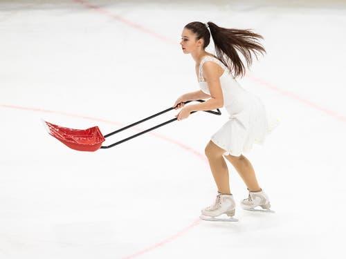Aufräumarbeiten während des KHL-Abends im Hallenstadion. (Bild: KEYSTONE/ENNIO LEANZA)